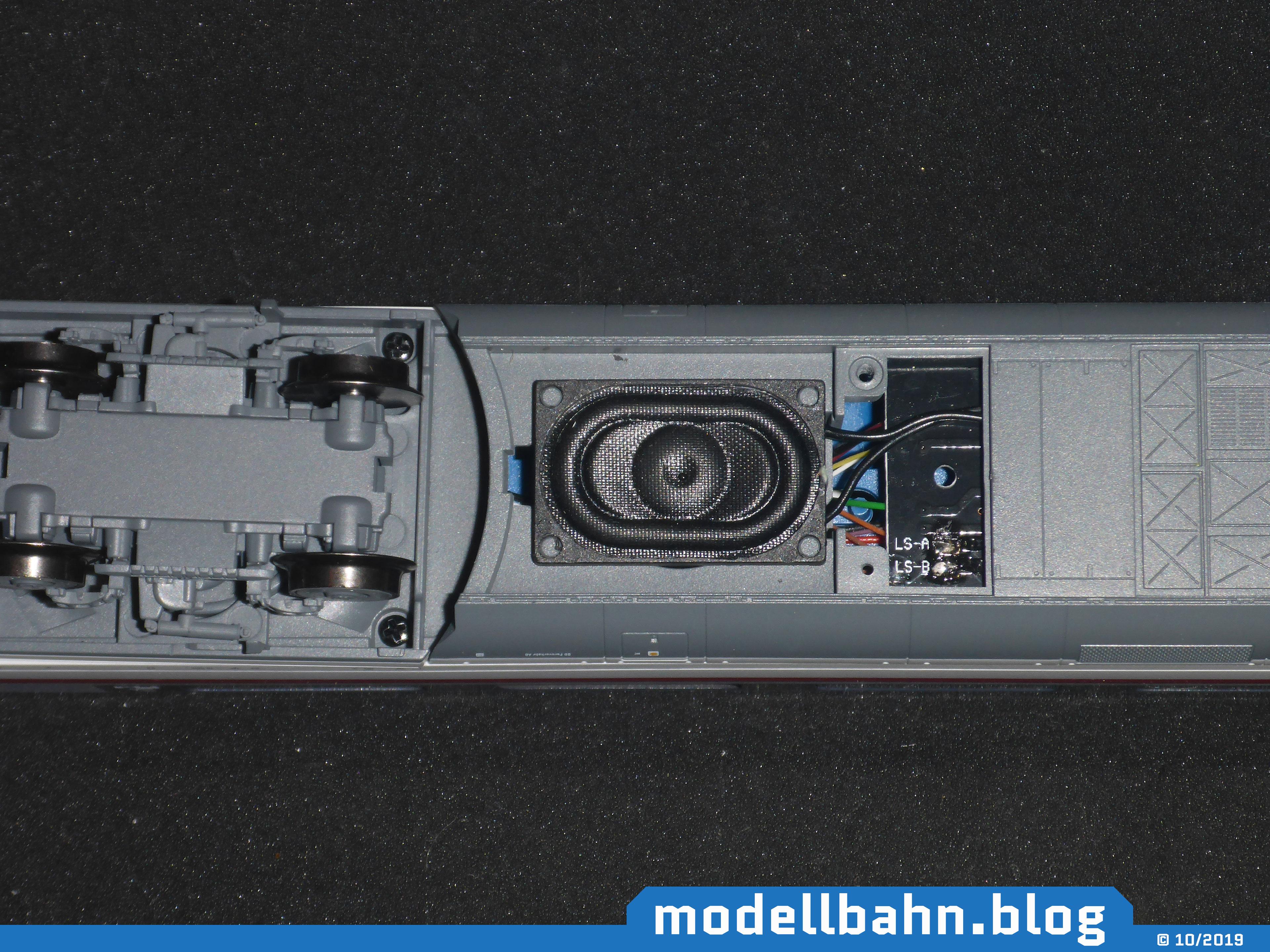 Piko 58593 mit fertig eingebautem Lautsprecher im Unterboden