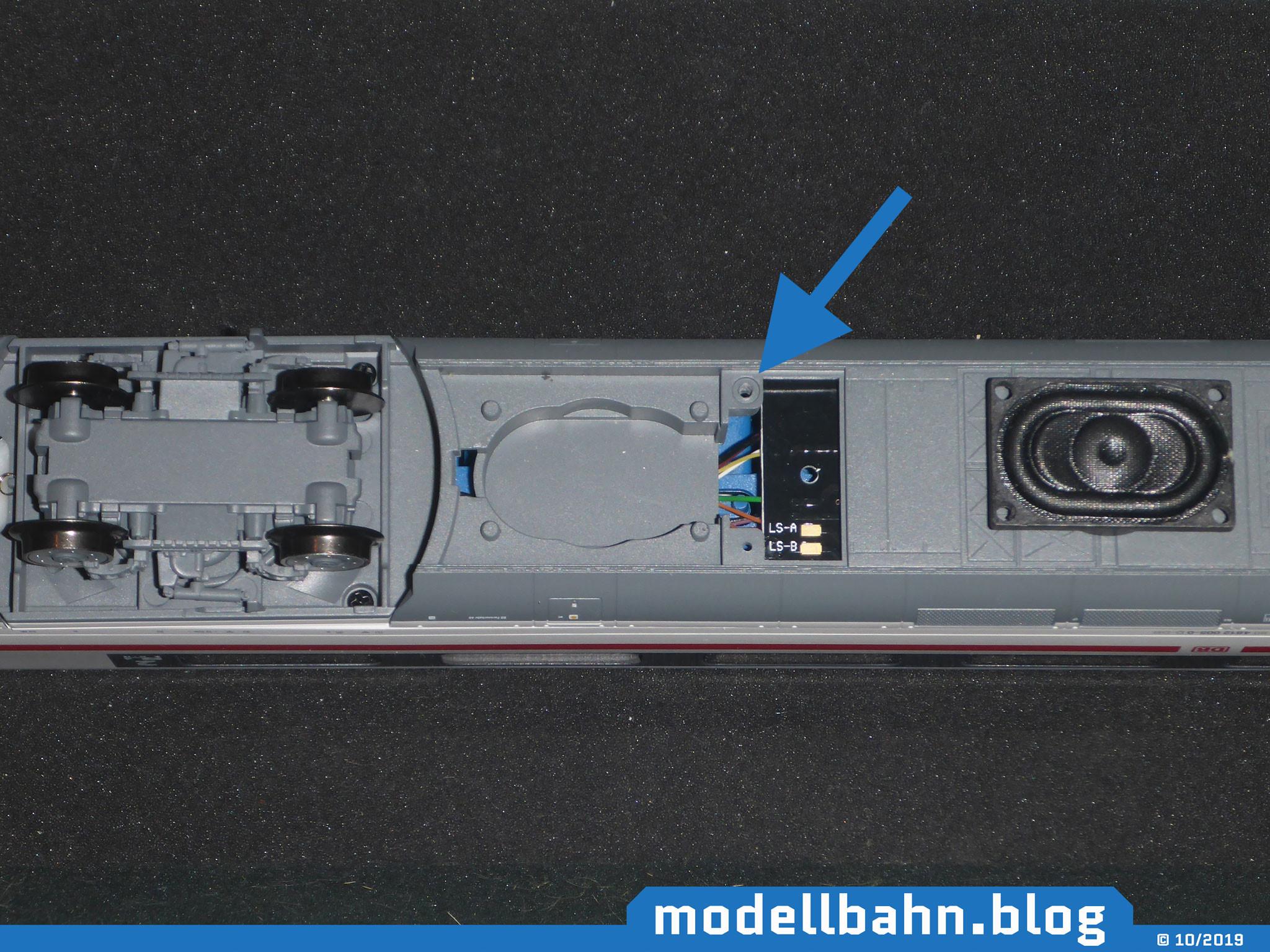 Unterboden des Piko 58593 - ICE4 Ergänzungswagen mit offenem Fach für den Lautsprecher