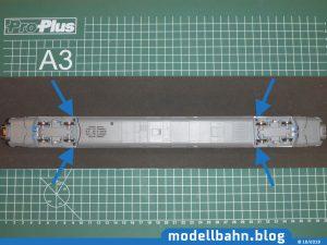 Unterboden des Piko 58593 ICE Ergänzungswagen mit markierten Schrauben