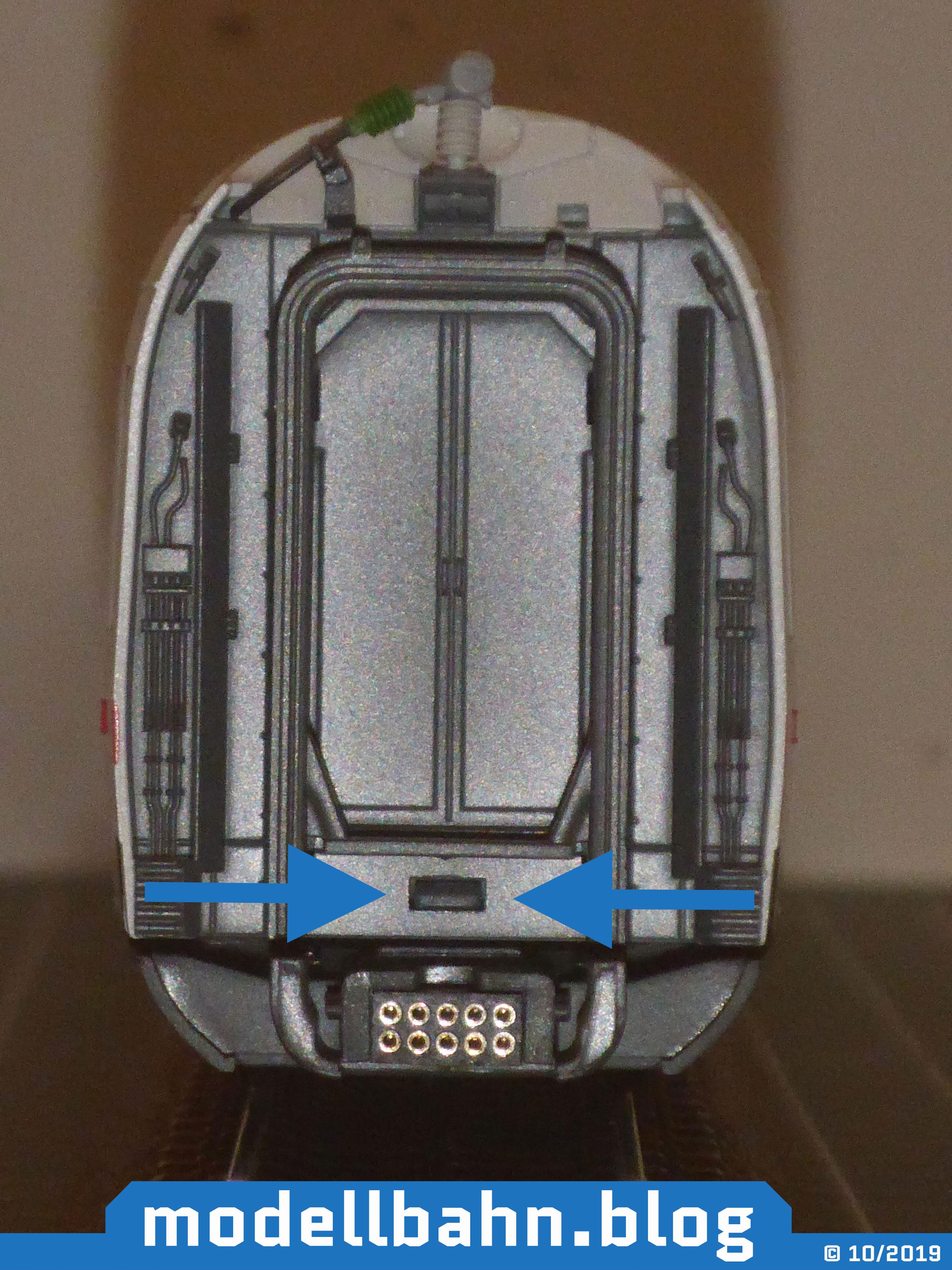 Stirnseite des Piko 58593 ICE4 Ergänzungswagen mit markierter Rastnase